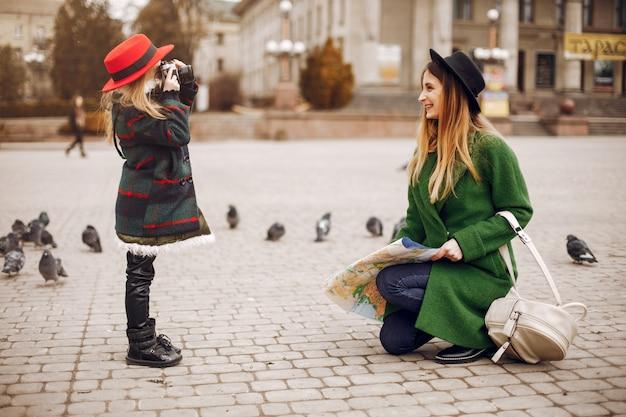 Família bonito e elegante em uma cidade de primavera Foto gratuita