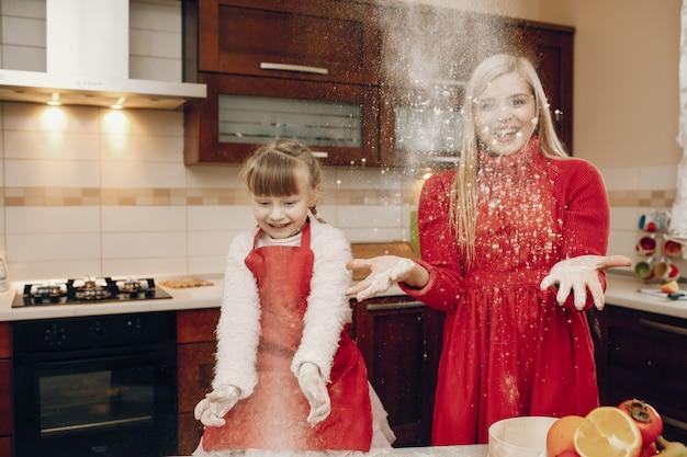 Família bonito preparar o café da manhã na cozinha Foto gratuita
