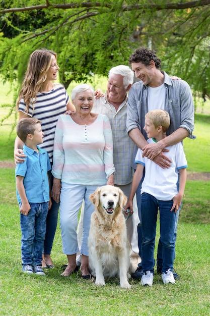 Família com cachorro no parque Foto Premium