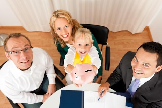 Família com consultor - finanças e seguros Foto Premium