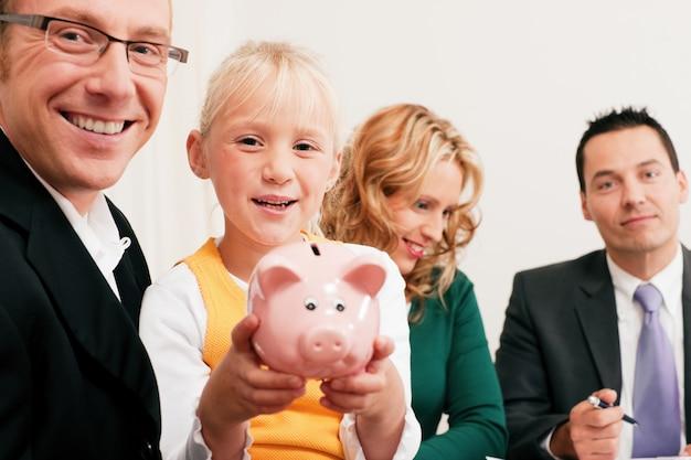 Família com consultor financeiro Foto Premium
