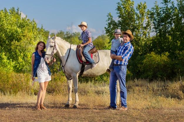 Família, com, crianças, passeio, com, um, cavalo Foto Premium