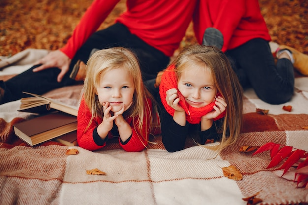 Família, com, cute, crianças, em, um, outono, parque Foto gratuita