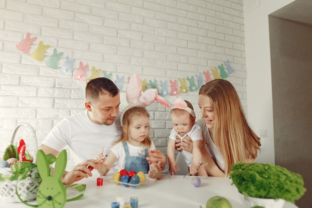 Família com dois filhos em uma cozinha se preparando para a páscoa Foto gratuita