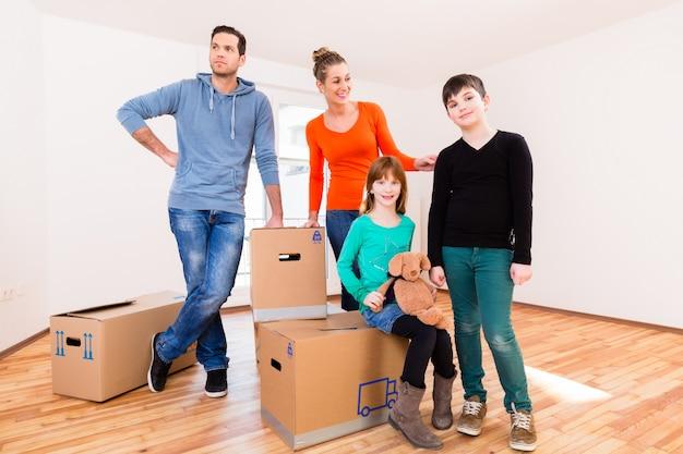 Família, com, em movimento, caixas, em, novo, lar, ou, casa Foto Premium