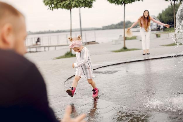 Família com filha brincando em um parque Foto gratuita