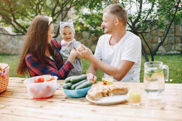 Família com filha brincando no quintal Foto gratuita