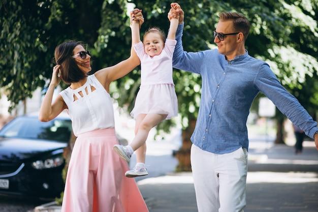 Família, com, filha pequena, junto, parque Foto gratuita