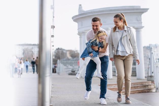 Família, com, filha pequena, parque Foto gratuita
