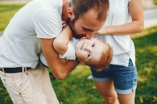 Família com filho brincando em um parque de verão Foto gratuita