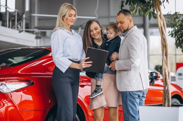 Família, com, filho, escolher, um, car, em, um, showroom carro Foto gratuita