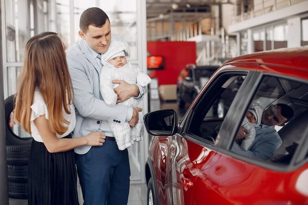 Família com filho pequeno em um salão de beleza do carro Foto gratuita