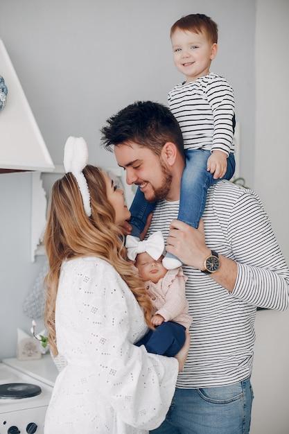Família com filho pequeno em uma cozinha Foto gratuita