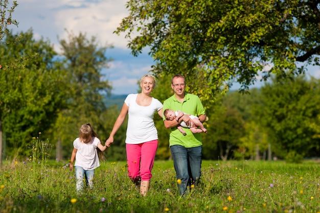 Família com filhos a passear Foto Premium