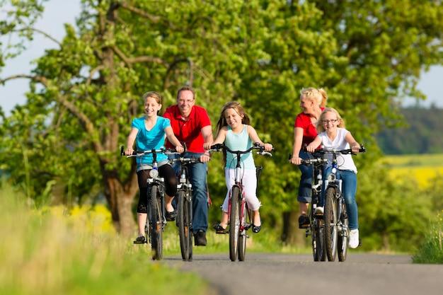 Família com filhos, andar de bicicleta no verão com bicicletas Foto Premium