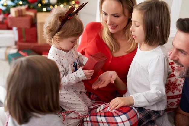 Família com presente de natal na cama Foto gratuita