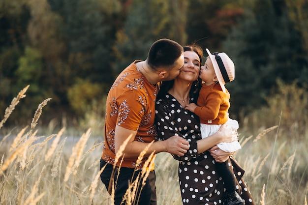 Família com sua filha pequena em um campo de outono Foto gratuita