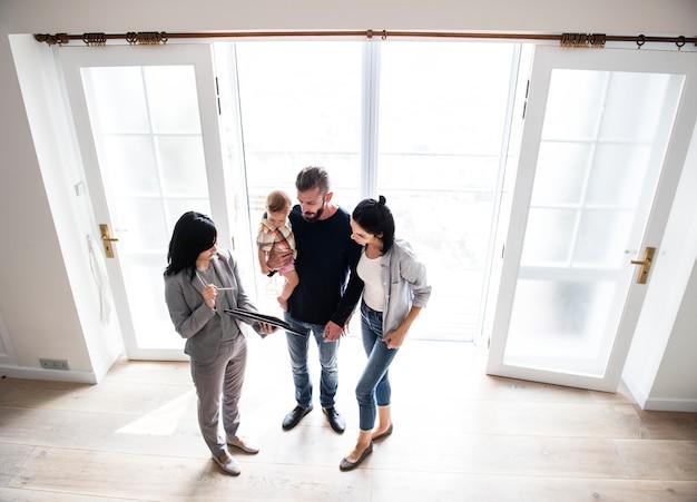 Família comprando casa nova Foto Premium