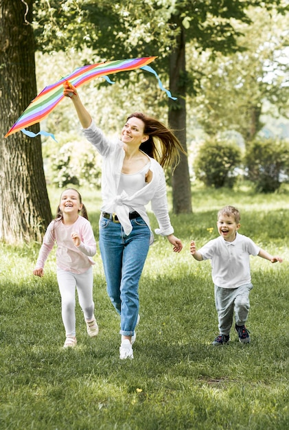 Família correndo com uma pipa Foto gratuita