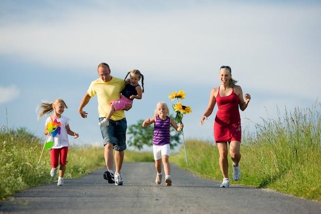 Família correndo ladeira abaixo Foto Premium