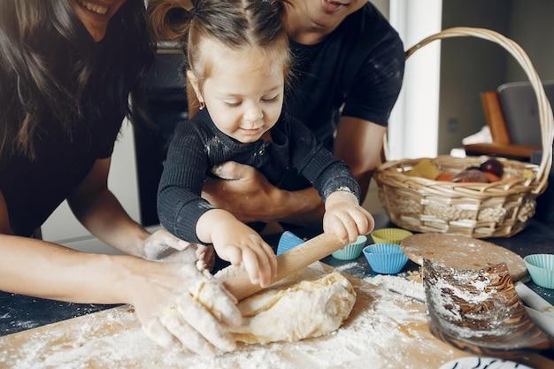 Família cozinha a massa para biscoitos na cozinha Foto gratuita