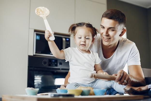 Família cozinha a massa para biscoitos Foto gratuita