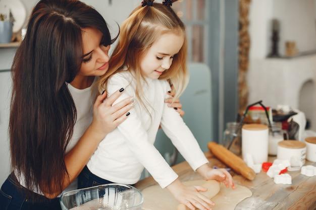 Família cozinhar a massa para biscoitos Foto gratuita