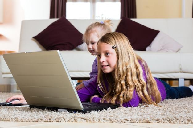 Família - criança brincando com o laptop Foto Premium