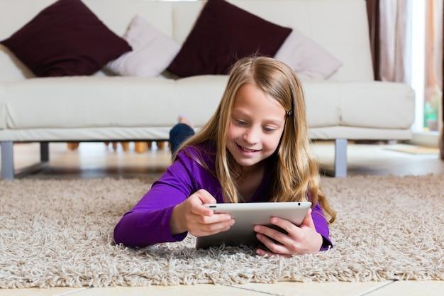 Família - criança brincando com o tablet pc Foto Premium