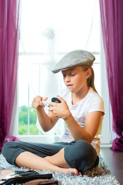 Família, criança sentada com tampa no quarto Foto Premium