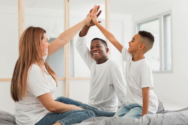 Família, cumprimentando em ambientes fechados Foto gratuita