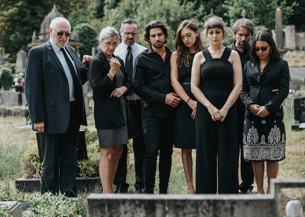 Família dando seu último adeus no cemitério Foto Premium
