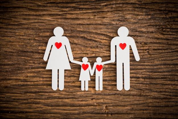 Família de cadeia de papel e coração vermelho simbolizando Foto Premium