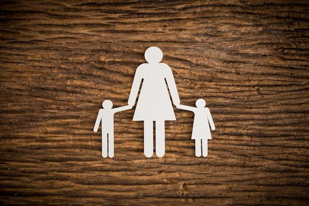 Família de cadeia de papel simbolizando Foto Premium