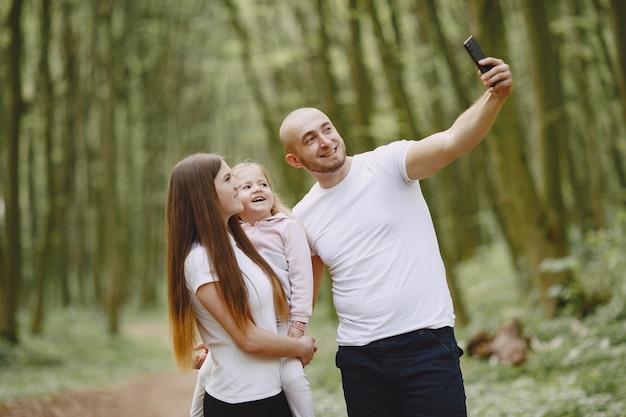 Família de esportes em uma floresta de verão Foto gratuita