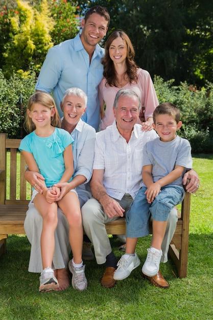 Família de geração multi feliz sentado no parque Foto Premium