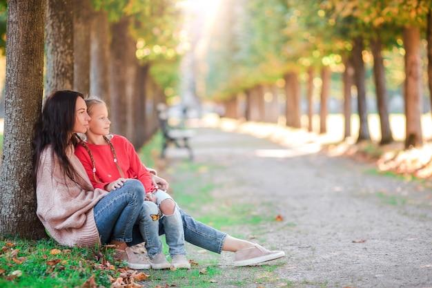 Família de mãe e criança ao ar livre no parque no dia de outono Foto Premium