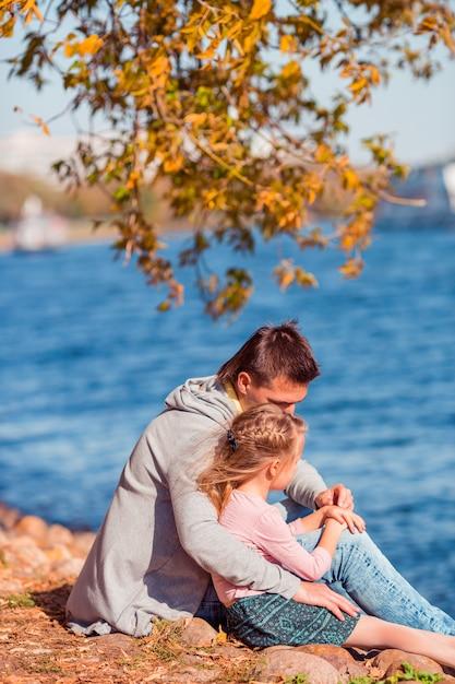 Família de pai e filho em lindo dia de outono no parque Foto Premium