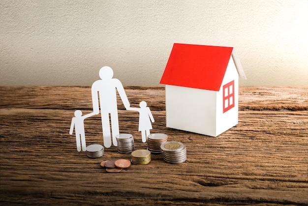 Família de papel cadeia simbolizando e casa Foto Premium