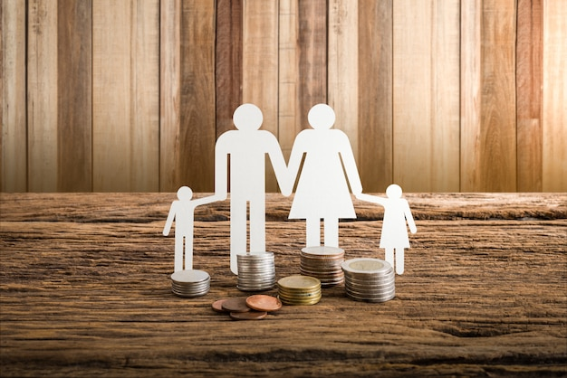 Família de papel corrente simbolizando. conceito de empréstimo imobiliário Foto Premium