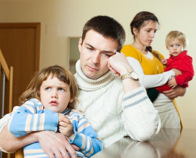 Família de quatro pessoas depois de discussão em casa Foto gratuita