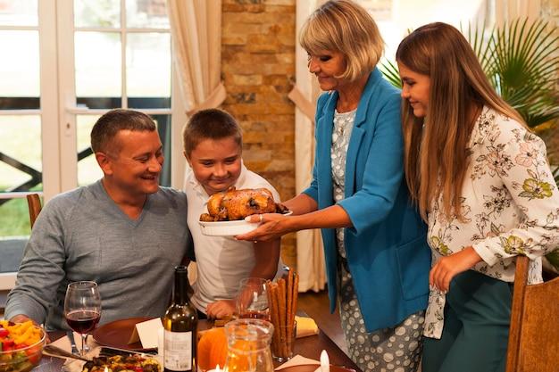 Família de tiro médio com comida deliciosa Foto gratuita