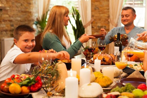 Família de tiro médio jantando Foto gratuita