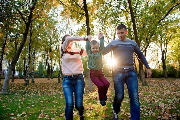 Família, de, três, desfrute, outono, parque, tendo divertimento, sorrizo Foto Premium