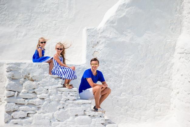 Família, de, três, escadas, de, paraportiani, igreja, ligado, mykonos, ilha, em, grécia Foto Premium