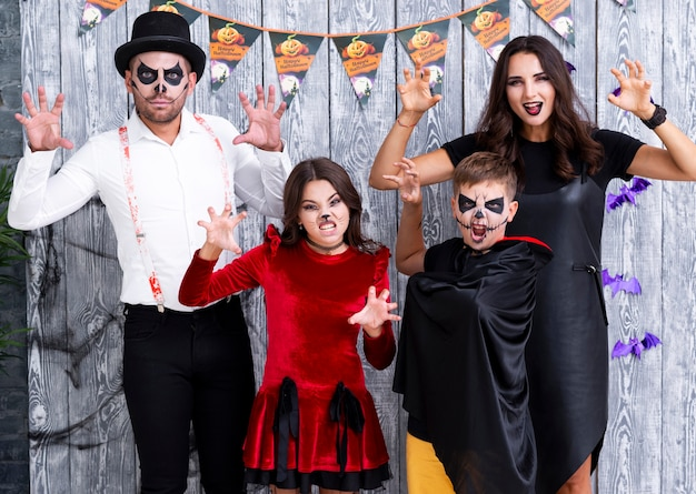 Família de vista frontal posando para o halloween Foto gratuita