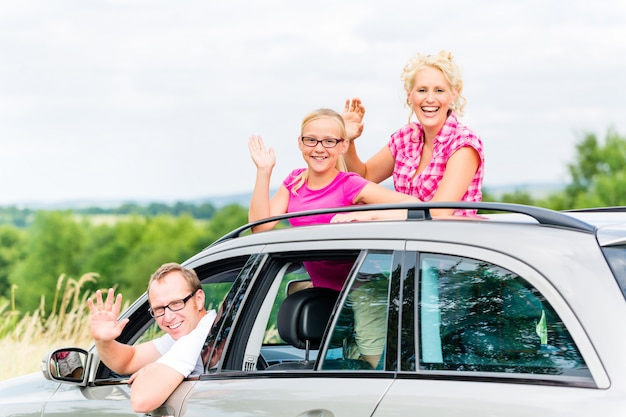 Família dirigindo carro Foto Premium