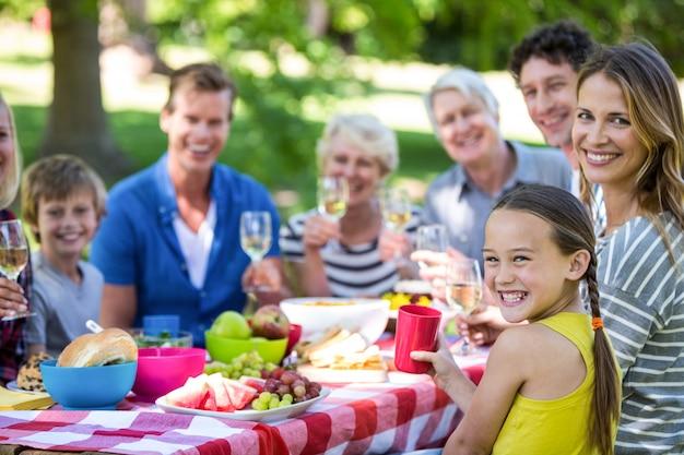 Família e amigos fazendo um piquenique Foto Premium