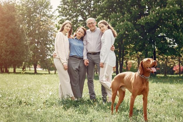 Família elegante passar o tempo em um parque de verão Foto gratuita