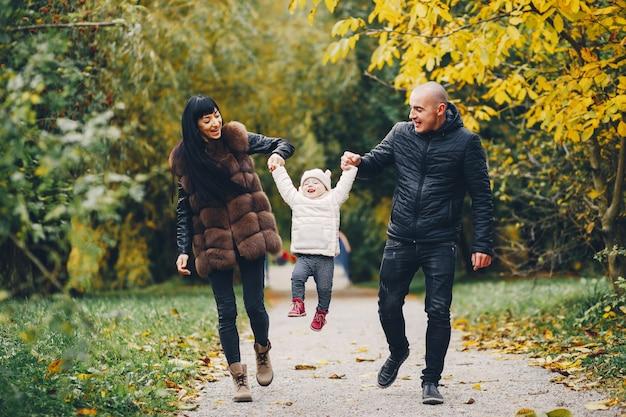 Família, em, um, outono, parque Foto gratuita